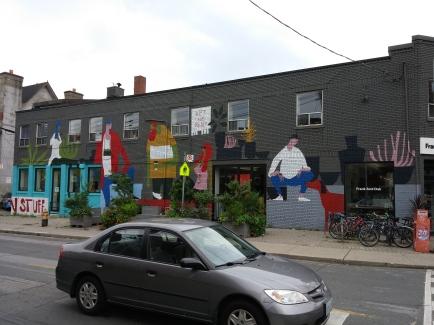 Un café, une boutique de vêtements et un coiffeur dans le même lieu
